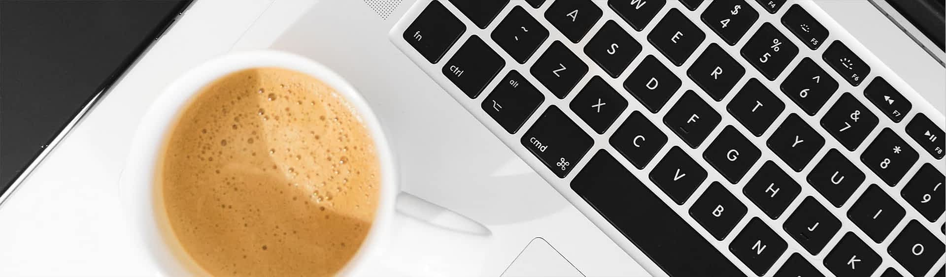 wordpress-underviser-bred-hvid-coffe-keyboard
